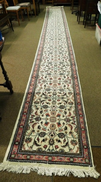 "31""x22' RUNNER, PINK & GRAY DESIGN, IVORY FIELD"