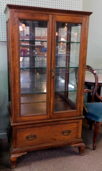 1900's OAK 2-DOOR DISPLAY CABINET, MIRRORED BACK, GLASS SHELVES