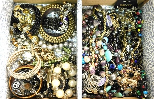 BOX-COSTUME JEWELRY