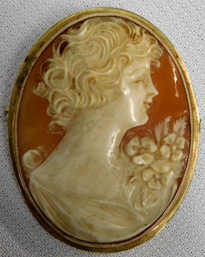 10K GOLD FRAMED CARVED CAMEO BROOCH