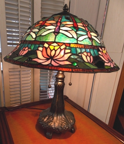 STAINED GLASS TABLE LAMP, METAL BASE