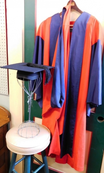 GRAD GOWN-MORTOR BOARD FR OXFORD UNIV.