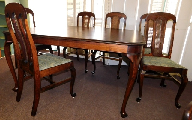 MAHOGANY QUEENE-ANNE STYLE DINING TABLE & 6 CHAIRS