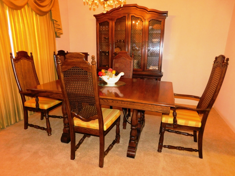 "THOMASVILLE SPANISH STYLE DINNING ROOM SUITE~ Table, 44x66"", Three skirted leaves in varing sizes; Set 6 Chairs; Display Crendeza - 56"